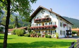 Hotel bávaro típico em Oberamergau, casa do jogo de paixão imagens de stock