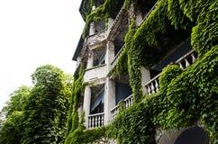 Hotel bedeckt mit Vegetation stockbild