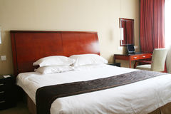 Hotel bedroom. With king size bed Royalty Free Stock Images
