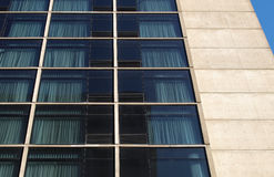 Hotel beton van de de voorgevel het moderne architectuur van de bouwvensters Stock Foto