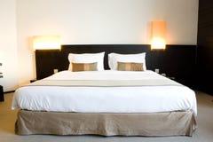 Hotel-Bett Stockbild