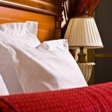 Hotel-Bett stockfotografie