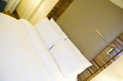 Hotel-Bett Lizenzfreies Stockfoto