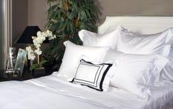 Hotel-Bett und weißes Leinen Stockbilder