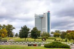 Hotel Bielorrusia en la parte central de la ciudad de Minsk en la primavera Configuración soviética Minsk, Belarus fotos de archivo libres de regalías