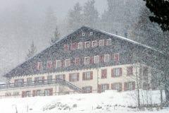 Hotel bij de skitoevlucht terwijl sneeuwvlaag Stock Fotografie