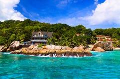 Hotel bij tropisch strand, La Digue, Seychellen Royalty-vrije Stock Afbeeldingen