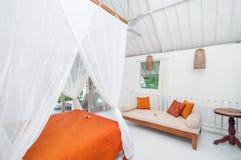 Hotel blanco de lujo y hermoso del dormitorio del color Imagen de archivo