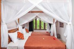 Hotel blanco de lujo y hermoso del dormitorio del color Fotos de archivo