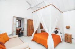 Hotel blanco de lujo y hermoso del dormitorio del color Foto de archivo