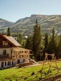 Hotel bonito nas montanhas Fotografia de Stock Royalty Free