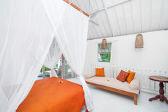 Hotel branco luxuoso e bonito do quarto da cor Imagem de Stock