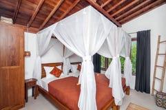 Hotel branco luxuoso e bonito do quarto da cor Imagens de Stock Royalty Free