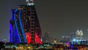 Hotel cerca del timelapse de la noche de la playa de Jumeirah en Dubai, UAE almacen de metraje de vídeo