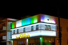 Hotel Clifton en la impulsión del océano en Miami Beach en la noche Foto de archivo