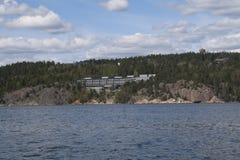 Hotel com opiniões do lago Fotografia de Stock Royalty Free