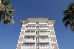 Hotel com palmeiras fotografia de stock royalty free