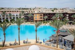 Hotel con la natación Imágenes de archivo libres de regalías