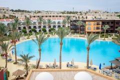Hotel con la natación Fotos de archivo libres de regalías