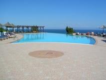 Hotel con la piscina Fotos de archivo