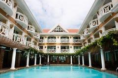 Hotel con la piscina Fotografia Stock Libera da Diritti