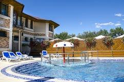 Hotel con la piscina Fotografía de archivo libre de regalías