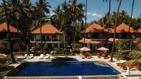 Hotel con la piscina en la costa de mar, Bali almacen de video