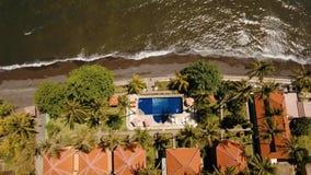 Hotel con la piscina en la costa de mar, Bali metrajes