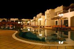Hotel con la piscina y puente bajo él Fotografía de archivo
