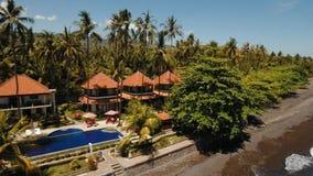 Hotel con lo stagno sulla costa di mare, Bali video d archivio