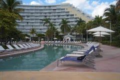 Hotel con una piscina Fotografia Stock Libera da Diritti