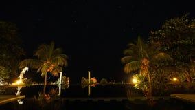 Hotel con uno stagno nei precedenti del cielo stellato fotografie stock libere da diritti
