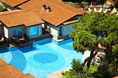 Hotel with cool swimming pool Royalty Free Stock Photography
