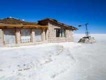 Hotel costruito dei blocchetti del sale su Salar de Uyuni fotografia stock