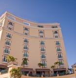 Hotel curvo colore giallo con i balconi verdi Immagine Stock Libera da Diritti