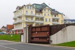 Hotel Cuxhaven con la porta d'acciaio in diga per protezione delle acque Fotografie Stock