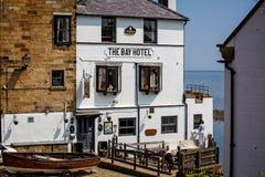 Hotel da baía na baía do ` s de Robin Hood que está sendo pintada imagem de stock
