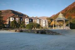 Hotel da beira do lago, pensão no lago fotos de stock