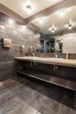 Hotel da floresta - banheiro público imagem de stock royalty free