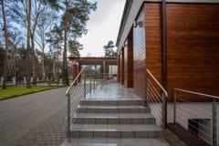 Hotel da floresta - entrada fotografia de stock