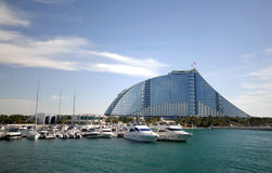 Hotel da praia de Jumeirah & o porto imagens de stock
