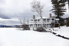 Hotel dal lago congelato Fotografia Stock Libera da Diritti