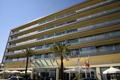 Hotel, das Ellie Beach übersieht, die der nächste Strand zu Rhodes Town ist und mit Einheimischen und Touristen ebenso populär is lizenzfreies stockfoto