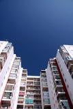 Hotel dat op een blauwe hemel voortbouwt Royalty-vrije Stock Afbeeldingen