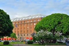 Hotel de Astoria en medio de arbustos de lila en cuadrado del St Isaac en santo-p Fotografía de archivo libre de regalías