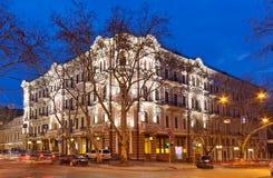 Hotel de Bristol em Odessa, Ucrânia na noite imagens de stock royalty free