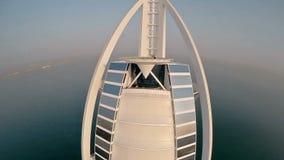 Hotel de Burj Al Arab en Dubai, UAE Opinión del helicóptero almacen de video