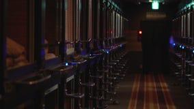 Hotel de cápsula en Japón, diseño típico, vestíbulo a las vainas almacen de video
