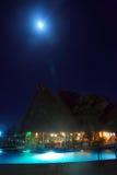 Hotel de centro turístico/piscina en la noche Fotos de archivo