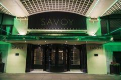 Hotel de col rizada en la noche en Londres, Inglaterra, Reino Unido Foto de archivo
